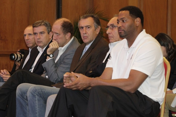 Sete vezes campeão da NBA, Robert Horry marcou presença na coletiva  (Foto: Gilvan de Souza/Fla imagem)