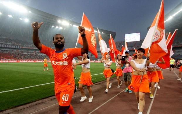 Vagner Love com a camisa 40 do Shandong Luneng no estádio (Foto: Reprodução / Sina.com)