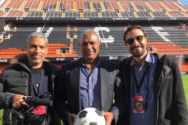 Estevão Ciavatta e Fernando Aquarone entrevistaram o ex-jogador Mazinho para a série 'Tempo de bola' (Foto: Globo/ Divulgação)