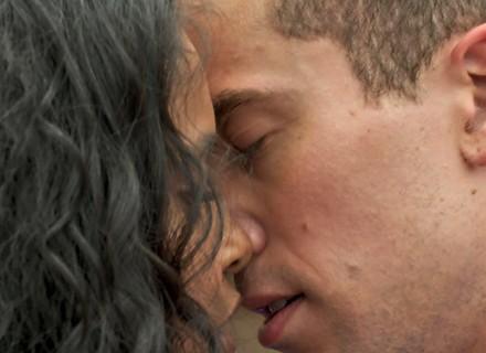 Joana e Giovane dançam coladinhos e quase se beijam