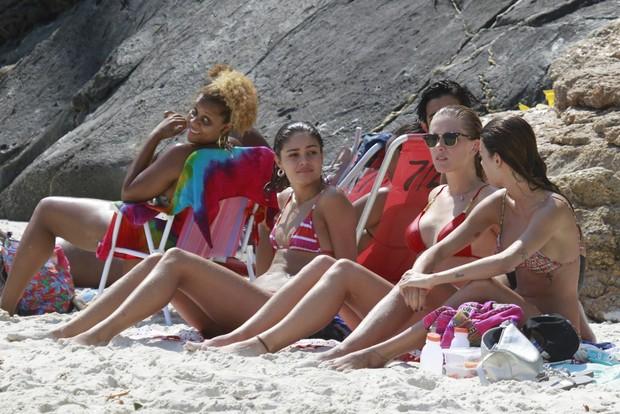 Sophie Charlotte, Fiorella Mattheis e Thaila Ayala na praia da Barra (Foto: Dilson Silva / Agnews)