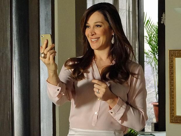 Lívia adora a foto de Morena e já imagina os lucros que terá com ela (Foto: Salve Jorge/TV Globo)