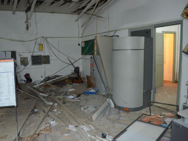 Bandidos usaram explosivos durante a ação na madruga desta sexta (23) (Foto: Valdir Wladyka/Rádio Studio W)