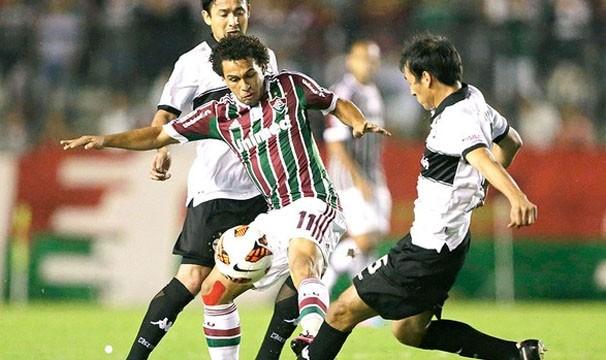 Atacante Wellington Nem recebeu forte marcação de dois jogadores do Olimpia na primeira partida (Foto: Reuters/Reprodução: Globoesporte.com)