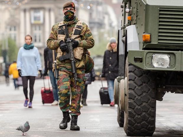 Bruxelas segue em alerta máximo e busca terrorista (Foto: AP Photo/Geert Vanden Wijngaert)