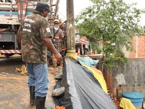 Defesa Civil de Ipatinga colocou lona em encostas que ameaçam desabar (Foto: Patrícia Belo / G1)