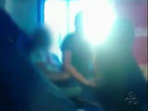 Jovem aparece fazendo sexo em ônibus (Foto: Reprodução/TV Amazonas)