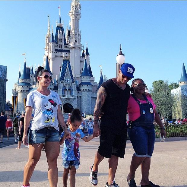 Scheila Carvalho e Tony Salles com a filha, Giulia, em parque em Orlando, nos Estados Unidos (Foto: Instagram/ Reprodução)