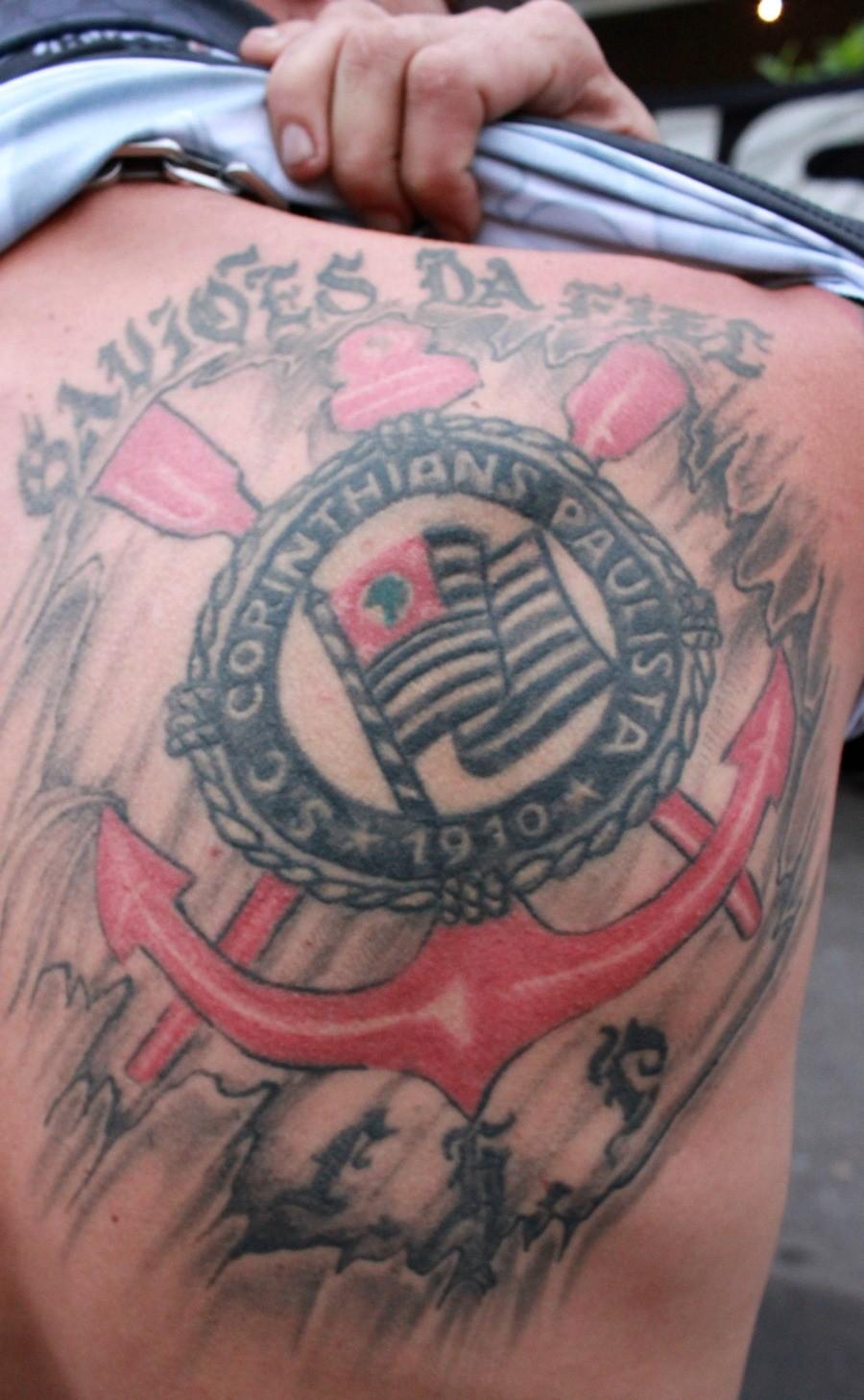 Torcedor tatua símbolo do Corinthians nas costas (Foto: Anderson Silva/Globoesporte.com)