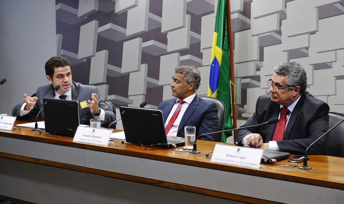 Castellar Neto, Romário e Rubens Lopes, durante sessão da CPI do Futebol (Foto: Agência Senado)