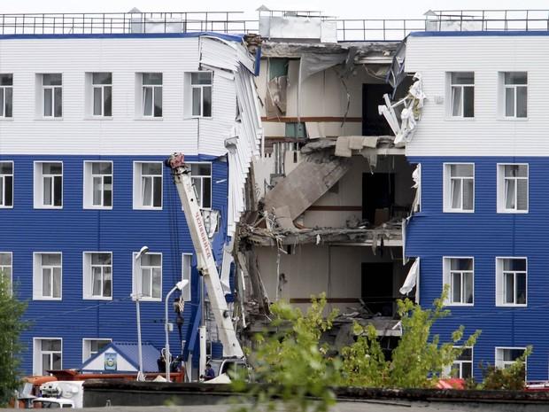 Vinte e três militares morreram no desabamento de um edifício em um quartel perto de Omsk, na Sibéria, informou o Ministério da Defesa de Rússia, que também citou cinco desaparecidos. A tragédia aconteceu no domingo à noite na localidade de Svetly (Foto: Dmitry Feoktistov/Reuters)