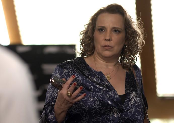 Néia fica surpresa com ideia de Lázaro (Foto: TV Globo)