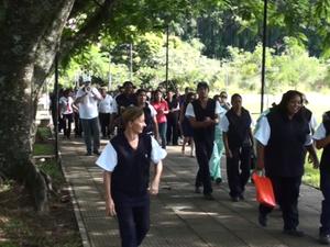 Funcionários protestam pelo atraso nos pagamentos  (Foto: Reprodução EPTV)