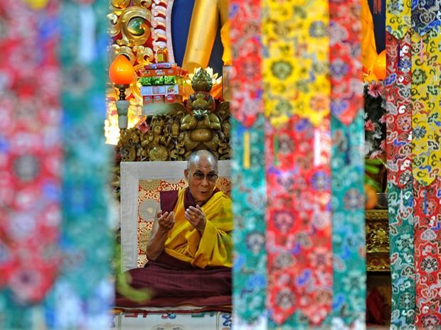 Líder espiritual tibetano Dalai Lama gesticula durante uma reunião de oração no Mosteiro Namgyal em Dharamshala. (Foto: Manjunath Kiran/AFP)