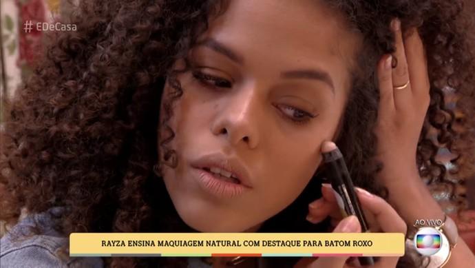 Raysa aplica iluminador nas maçãs do rosto (Foto: TV Globo)