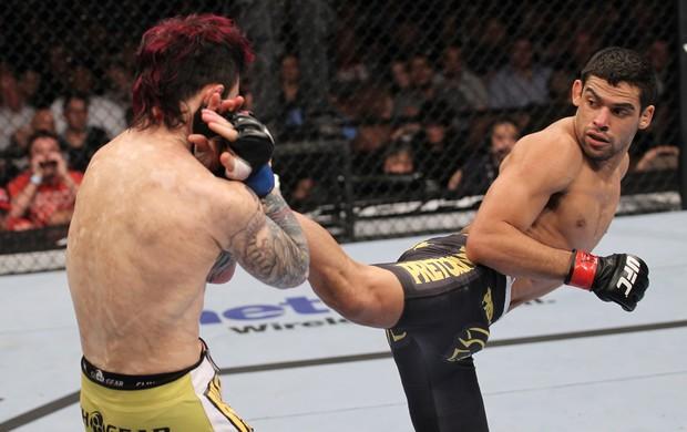 Renan Barão duela diante de Scott Jorgensen no UFC 143 (Foto: Getty Images)
