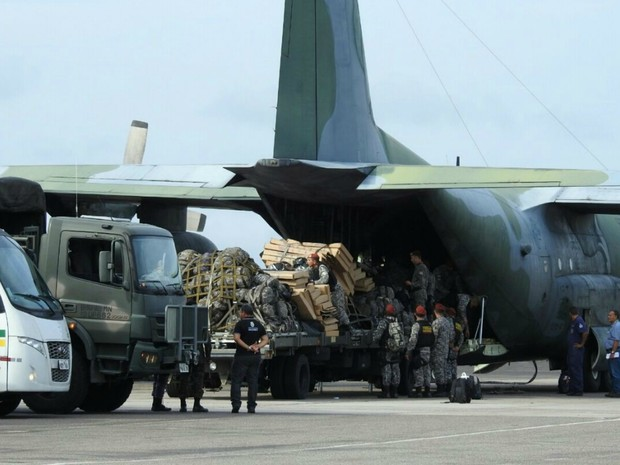 Avião da Fab desembarcou com equipamentos e homens da Força Nacional em Manaus (Foto: Adneison Severiano/G1 AM)