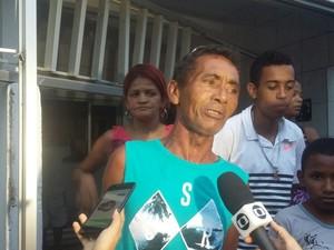 Jersino Gonçalves teve casa atingida por destroços do muro do Complexo do Curado (Foto: Katherine Coutinho/G1)