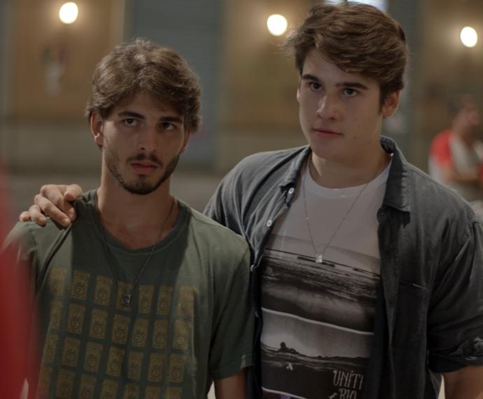 Roger e Rodrigo chegam para conversar na moral (Foto: TV Globo)