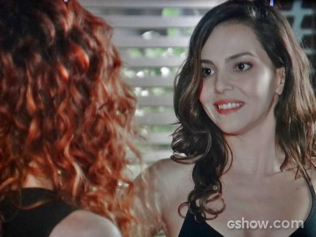 Marina ouve as provocações de Vanessa e ri com a assistente (Foto: Em Família/ TV Globo)
