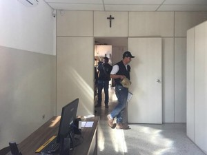 Polícia no interior de oficina aeronáutica em Campo Grande (Foto: Gabriela Pavão/ G1 MS)