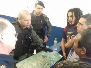Policiais e MPF decidem ação em área de conflito (Foto: Diogo Nolasco/ TV Morena)