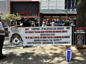 Ativistas protestam contra maus-tratos aos animais no Centro de Campinas (Foto: Anaísa Catucci/G1)