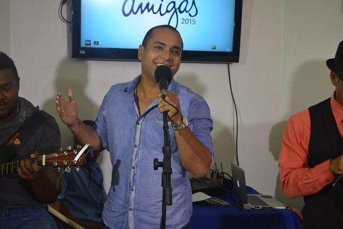 Menilson Filho cantou o hino oficial do projeto Mãos Amigas (Foto: Tv Sergipe)