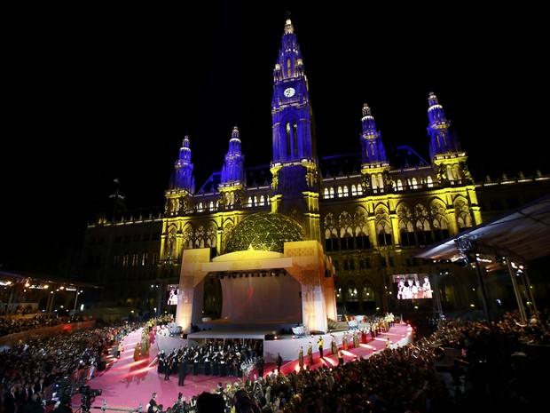 A frente da prefeitura de Viena foi totalmente transformada para receber o evento de gala (Foto: Leonhard Foeger/Reuters)