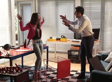 Carmela finge que está sendo atacada por Beto