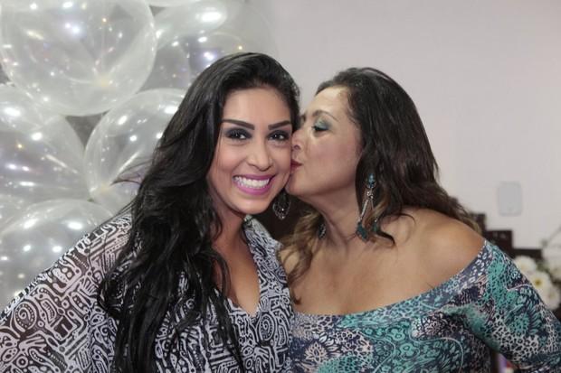Amanda Djehdian com a mãe em festa promovida por fãs no Rio (Foto: Isac Luz/EGO)