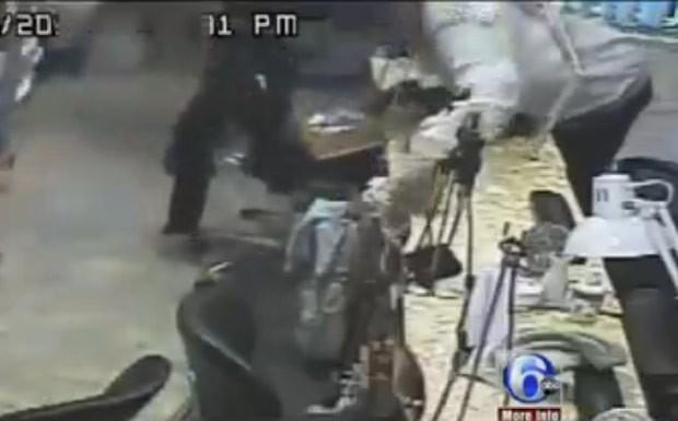 Crime foi registrado pelas câmeras de segurança do salão (Foto: Reprodução/YouTube)