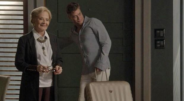Totalmente: Arthur manda a mãe de volta para Paris  (Divulgação)