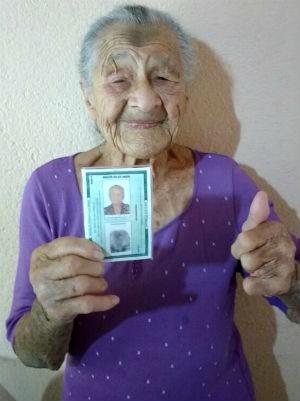 Dona Regina ficou feliz com o documento novo em mãos (Foto: Arquivo Pessoal/Regina Rego)