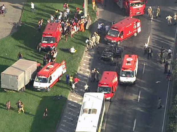 Várias ambulâncias participam do resgate (Foto: Reprodução/TV Globo)