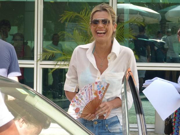 Flávia usa o leque estiloso para se refrescar (Foto: Salve Jorge/TV Globo)