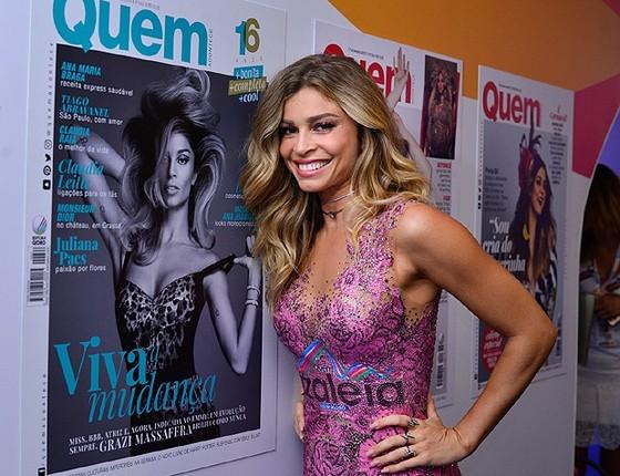 A atriz esbanjou simpatia no desfile das escolas de samba do Rio (Foto: Revista Quem)