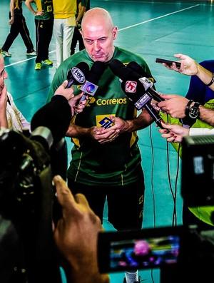Morten Soubak é cercado pela imprensa após o treino do Brasil (Foto: William Lucas/inovafoto)