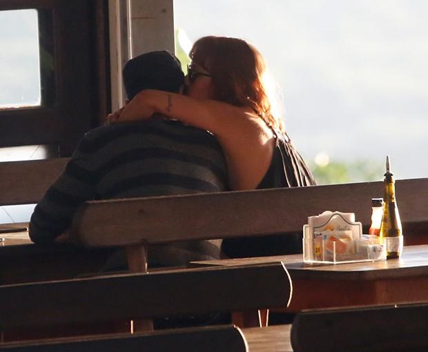 Paulinho Vilhena e a namorada, Amanda Beraldi (Foto: AgNews)