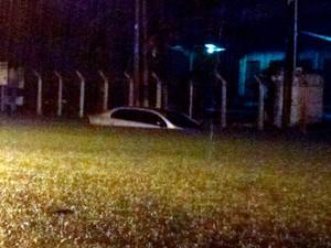 Carro ficou preso devido às fortes chuvas na capital potiguar (Foto: Anderson Barbosa/G1)