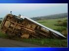 Caminhão cai em barranco após tombar em rodovia de Itapetininga
