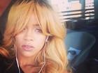 Rihanna muda o visual e posta foto louríssima