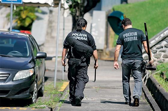 Agente da Polícia Federal em ação na Operação Politeia  (Foto: Joá Souza/Ag. A Tarde/Folhapress)