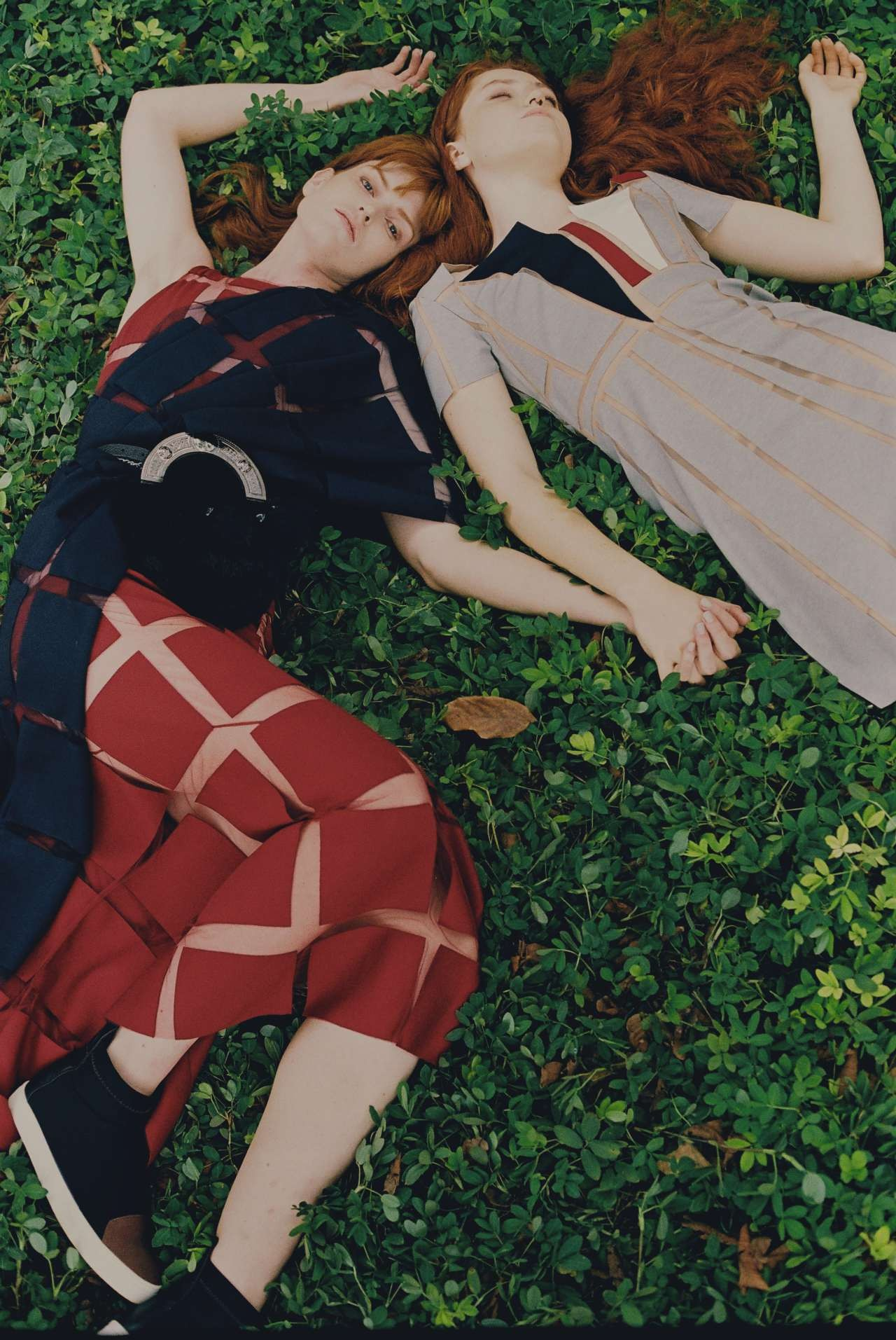 Um xadrez formado por blocos de tecido aplicados sobre tule é a versão de Gloria para o tartan, e dá vida inclusive a vestidos de festa (à esquerda). À direita, modelo com grafismos inspirados nas espadas exibidas na parede do Castelo de Edimburgo (Foto: Helm SIlva)