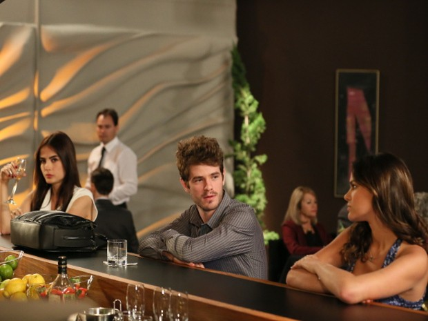 Ben encontra a dupla no bar do hotel (Foto: Isabella Pinheiro/Gshow)