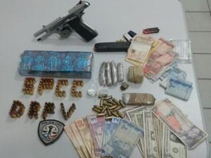 Armas,munições e dinheiro foram encontradas na residência no bairro do São Raimundo (Foto: Divulgação/ Polícia Civil)