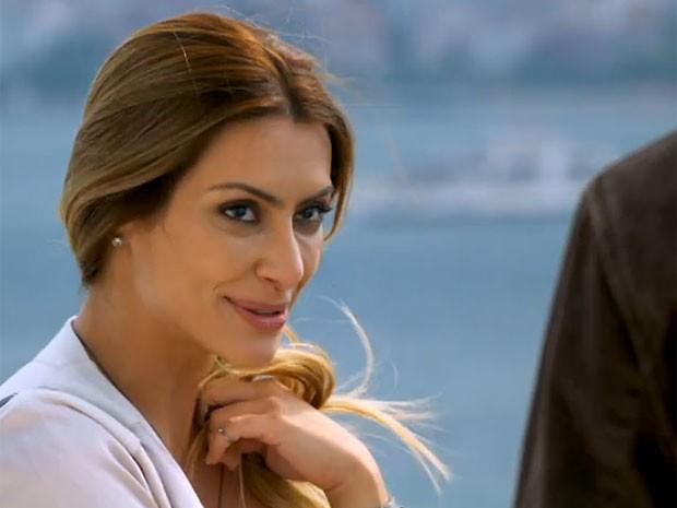 Bianca saca que Zyah quer impressionar e dá corda (Foto: Salve Jorge/TV Globo)