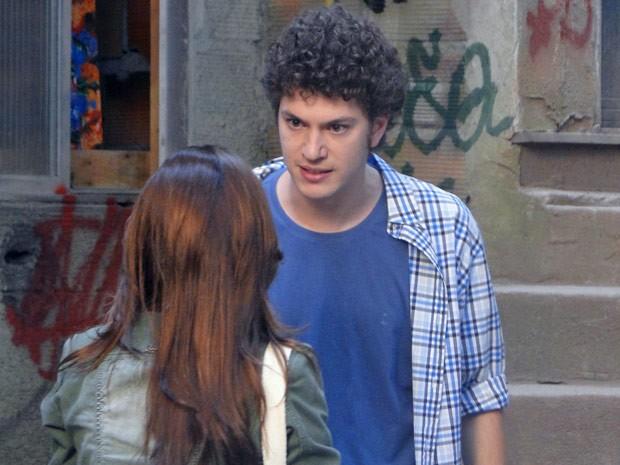 Gabriel conta para Nat que Moisés armou para cima dele (Foto: Malhação / Tv Globo)