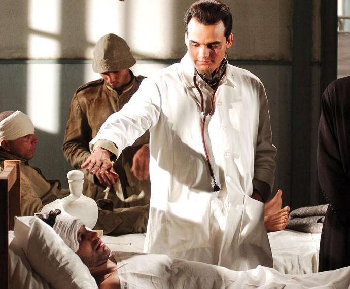 Na série JK, Wagner Moura interpretou cenas emocionantes como médico (Foto: Globo / Gianne Carvalho)