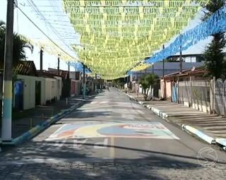 Moradores enfeitam as ruas para a Copa (Foto: Reprodução: RJTV 1ª Edição)